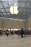 顾客人群在苹果计算机商店之外的在预先订货苹果计算机手表的纽约 免版税图库摄影