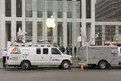 顾客人群在苹果计算机商店之外的在预先订货苹果计算机手表的纽约 库存照片