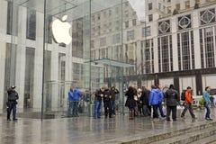 顾客人群在苹果计算机商店之外的在预先订货苹果计算机手表的纽约 库存图片
