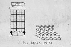 顾客人群有正面回顾的在旅馆大厦旁边 免版税库存图片