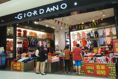 顾客参观买布料的乔达诺商店 免版税库存照片