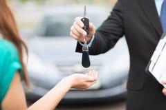 顾客和推销员有汽车钥匙的 库存照片