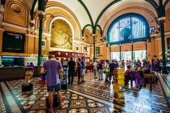 顾客和游人香港邮政总局的在胡志明 库存图片