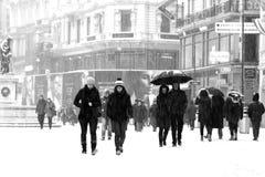 顾客和Touriists在雪 免版税库存照片
