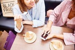 顾客在咖啡店的表上 免版税库存图片