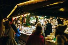 顾客在圣诞节市场上 库存图片