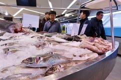 顾客在奥克兰鱼市,奥克兰新西兰上 免版税库存图片