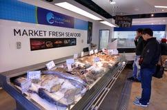 顾客在奥克兰鱼市,奥克兰新西兰上 库存照片