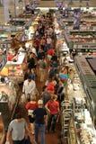 顾客在市场上 免版税图库摄影