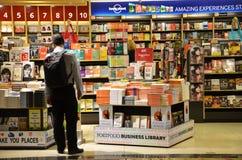 顾客在樟宜机场中购物书,新加坡 图库摄影