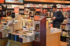 顾客在樟宜机场中购物书,新加坡 库存图片