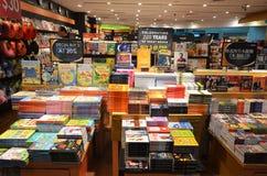 顾客在樟宜机场中购物书,新加坡 免版税库存照片