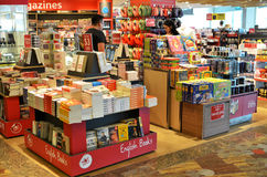 顾客在樟宜机场中购物书,新加坡 库存照片