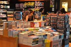 顾客在樟宜机场中购物书,新加坡 免版税图库摄影