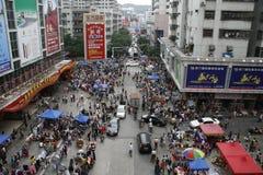 顾客在虎门镇,衣物批发城市人群  免版税图库摄影