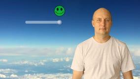 顾客在虚屏上的幻灯片按钮 白色覆盖蓝天背景 成人白种人男性上半特写镜头 股票视频