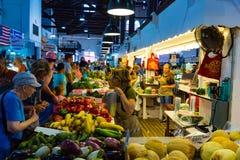 顾客在主要市场上的买新鲜农产品 库存图片
