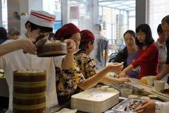 顾客在arluohai镇中心买中国快餐 免版税库存照片