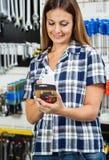 顾客扫描在移动电话的产品的条形码 库存照片
