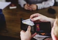 顾客拾起白金卡片 免版税图库摄影