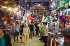 顾客探索盛大义卖市场的迷宫 免版税图库摄影
