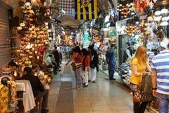 顾客探索盛大Bazaa的迷宫 库存照片
