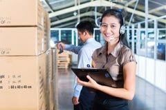 顾客服务在亚洲出口仓库里 库存照片