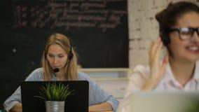 顾客服务队妇女电话中心微笑的操作员电话 影视素材