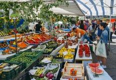 顾客检查并且购买五颜六色,并且nutricious果子在市场上失去作用 库存图片