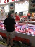 顾客检查肉店 免版税图库摄影