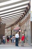 顾客沿被盖的购物的街道走在新帕扎尔,塞尔维亚 库存图片