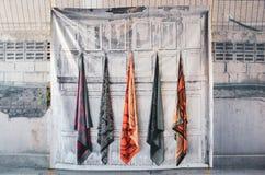 顾客的围巾垂悬的机架能买 免版税库存图片
