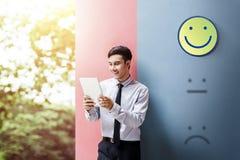 顾客经验概念,享用在数字的愉快的商人 库存照片