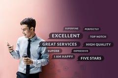 顾客经验概念 使用巧妙的电话的愉快的商人 免版税库存照片
