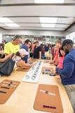 顾客经验苹果计算机手表系列3在商店的第一天 免版税库存图片