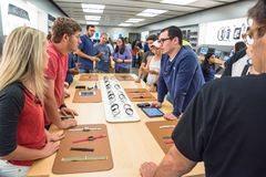 顾客经验苹果计算机手表系列3在商店的第一天 图库摄影
