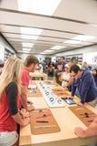 顾客经验苹果计算机手表系列3在商店的第一天 库存照片