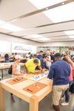 顾客经验苹果计算机手表系列3在商店的第一天 免版税库存照片