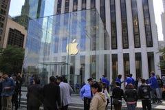 顾客联盟在买新的iPhone的第五大道的苹果计算机商店外面6 库存图片