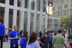 顾客联盟在买新的iPhone的第五大道的苹果计算机商店外面6 库存照片