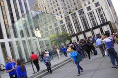 顾客联盟在买新的iPhone的第五大道的苹果计算机商店外面6 免版税图库摄影