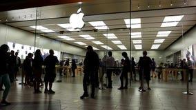 顾客联盟在买正义被发布的iPhone的苹果计算机商店外面7和7正 股票视频