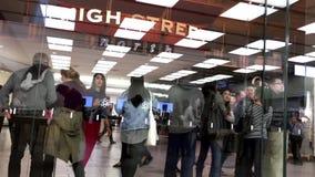 顾客联盟在买正义被发布的iPhone的苹果计算机商店外面7和7正 股票录像