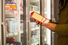 顾客选择牛奶 免版税库存照片