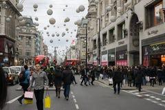 顾客,牛津街伦敦人群在节礼日销售期间的 免版税库存图片