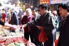 顾客购买食物 免版税库存图片