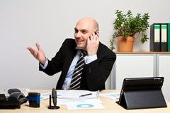 顾问与顾客谈论销售数据 免版税库存照片