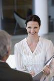 顾问微笑的妇女 免版税库存照片