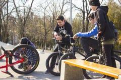 顿河畔罗斯托夫,俄罗斯联邦,2019年3月25日 年轻十几岁的男孩公司坐他们他们的自行车和等待 库存图片