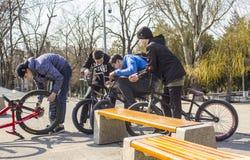 顿河畔罗斯托夫,俄罗斯联邦,2019年3月25日 年轻十几岁的男孩公司坐他们他们的自行车和等待 库存照片